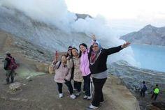 Gunung Ijen adalah sebuah gunung berapi aktif yang terletak di perbatasan antara Kabupaten Banyuwangi dan Kabupaten Bondowoso, Jawa Timur, Indonesia. Gunung ini memiliki ketinggian 2.779 mdpl dan terletak berdampingan dengan Gunung Merapi. Gunung Ijen terakhir meletus pada tahun 1999 Antara, Mount Everest, Tours, Mountains, Travel, Viajes, Trips, Tourism, Bergen