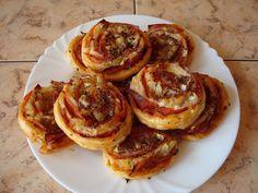 Smícháme kečup s hořčicí, špetkou oregána a bazalky, listové těsto rozválíme na pomoučněném válu na tenký plát a potřeme směsí. Poklademe... Quiche, Dips, French Toast, Pancakes, Muffin, Appetizers, Pizza, Yummy Food, Baking