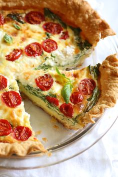This easy vegetarian quiche recipe is made with spinach, ricotta cheese, eggs, tomatoes and basil. Perfect for breakfast, lunch or brunch or serve it with a salad for a light dinner. Spinach Ricotta Quiche You may have tried my chicken quiche a few weeks Quiche Ricotta, Queso Ricotta, Egg Quiche, Tomato Quiche, Breakfast Quiche, Ham And Cheese Quiche, Breakfast Casserole, Goat Cheese, Ww Recipes