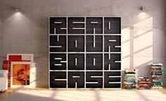 """Estante para livros que diz """"Leia sua estante"""" do design x, feita em compensado de madeira"""