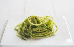Zucchini-Spaghetti mit Basilikum-Limetten Pesto nach Attila Hildmann