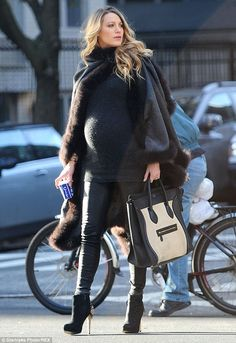 Pregnant Blake Lively Channels Serena With Latest Look Too chic! Pregnant Blake Lively did a bakery run in NYC while working this glam getup — including a fur-trimmed cape! Fashion Maman, Estilo Baby Bump, Blake Lively Style, Stylish Maternity, Winter Maternity Fashion, Maternity Skirts, Maternity Wear, Pregnant Mom, Pregnant Outfits