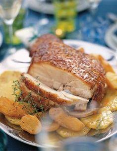 Recette Jambon de Noël : Placez le jambon dans un grand faitout. Couvrez-le d'eau froide, ajoutez les carottes pelées et coupées en morceaux, l'oignon piqué des clous de girofle, les épices et le laurier. Portez à ébullition et laissez frémir 2 h. Pendant ce temps, préparez l...