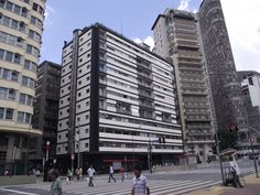 O Edifício Esther se localiza na Praça da República, no centro, e é um marco da arquitetura modernista de São Paulo.   Hoje o edifício encontra-se restaurado e recupera aos poucos o seu prestígio.