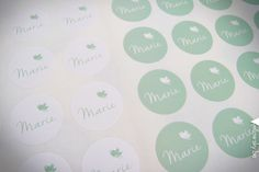 Bijhorende ronde stickertjes voor de doopsuikers. Verschillende ronde formaten mogelijk! Designed by Yellow Sky! #Geboorte #stickers #wit #mint #volgeltje