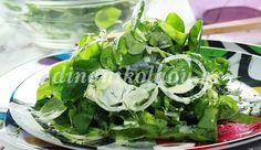 Σαλάτα με σγουρό μαρούλι, βαλεριάνα και λεμονάτο ντρέσινγκ