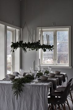 Swedish Christmas, Cozy Christmas, Christmas Fashion, Modern Christmas, Christmas Holidays, Christmas Table Settings, Christmas Table Decorations, Festival Decorations, Christmas Tables