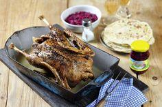 Pečená martinská husa s červeným zelím a lokšemi