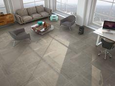 Übergroße grauer Travertin Fliesen-Böden setzt ein sehr modernes Aussehen zu diesem eleganten Wohnzimmer.