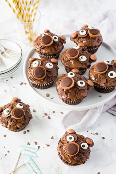 Bärenmuffins mit Toffifee | Rezepte von Simply Yummy Simply Yummy, Cupcakes, Chocolate Heaven, Muffins, Place Card Holders, Desserts, Baby Birthday, Kinder Chocolate, Food And Drinks