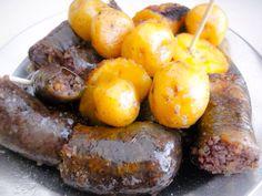 Porción de morcilla con papistas criollas, componentes fundamentales de la fritanga bogota a. Colombian Cuisine, Colombian Recipes, Baked Potato, Sausage, Potatoes, Meat, Baking, Ethnic Recipes, Cali