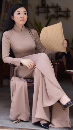 m qu?t gió vietnam vietnam girl Beautiful Vietnamese Women, Beautiful Asian Women, Vietnamese Clothing, Vietnamese Dress, Oriental Fashion, Indian Fashion, Womens Fashion, Vietnamese Traditional Dress, Traditional Dresses
