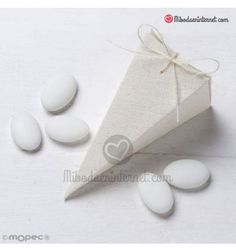 Estuche pirámide marfil con 5 peladillas Place Cards, Place Card Holders, Chocolate, Ivory, Chocolates, Brown
