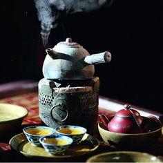 Japanese Tea and Teapot / Tè e Teiera Giapponese (it looks like a dalek) Momento Cafe, Chocolate Cafe, Tea Culture, Japanese Tea Ceremony, Tea Ceremony Japan, Cuppa Tea, Tea Art, My Cup Of Tea, High Tea