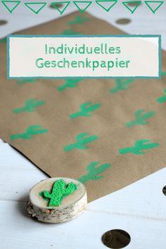 Individuelles Geschenkpapier selber machen: Geschenke kreativ verpacken macht nicht nur Spaß, sondern ist mit dieser DIY-Idee einfach. Zuerst einen passenden Stempel selber machen und dann das Packpapier bedrucken. Beim Stempel Motiv sind der Fantasie keine Grenzen gesetzt. Am besten eignet sich ein selbstgemachter Moosgummi Stempel, da man diesen immer wieder verwenden kann. Diy And Crafts, Arts And Crafts, Diy Presents, Free Gift Cards, Textile Design, Diy For Kids, Wraps, Gift Wrapping, Place Card Holders