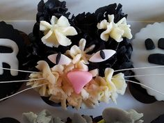 Stephanie from The Little Cake Stand created these fabulous kitty cupcakes for a very special cat lover on h. Cat Cupcakes, Birthday Cupcakes, Little Cakes, Cats, Desserts, Food, Anniversary Cupcakes, Tailgate Desserts, Gatos