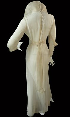 Vintage 1930s wedding gown with lace pop up collar
