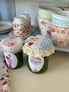 Covers for jam and label design Quilting Projects, Sewing Projects, Fun Crafts, Diy And Crafts, Sewing Aprons, Diy Bottle, Decorated Jars, Bottles And Jars, Small Quilts