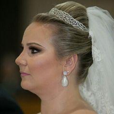 Nossa linda e super querida cliente @larissacalegario casou com a nossa mais nova tiara e brincos criados exclusivamente para ela #nosamamos #noivasmb #noiva #bride #bridecollection #mairabumachar