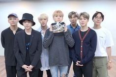 Celohfan provides the most valuable news and videos dedicated to K-pop. If you want to find the articles about BTS or EXO, You can't miss it! Jungkook V, Bts Bangtan Boy, Bts Boys, Bts Group Picture, Bts Group Photos, Hoseok, Seokjin, Namjoon, Korean Bands