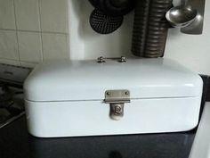 Emaille broodtrommel. Staat nog steeds in de keuken en wordt ook gewoon gebruikt. Was nog van mijn oma.