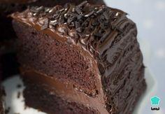 Aprende a preparar torta húmeda de chocolate decorada con esta rica y fácil receta. Si te gusta los postres con chocolate tienes que probar esta receta, eso sí, no e...