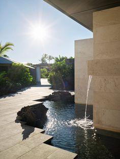 Hawaiian villa by De Reus Architects sits atop a crystallised lava flow Residential Architecture, Landscape Architecture, Zinc Roof, Kohala Coast, Facade House, House Facades, Hawaii Homes, Lava Flow, Small Buildings