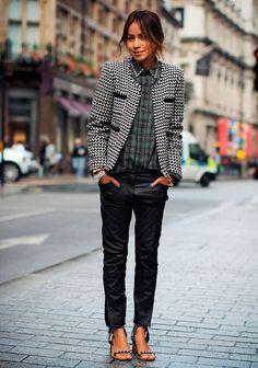 Julie Sariñana usa mix de estampas com camisa xadrez, casaco de tweed e calça de couro