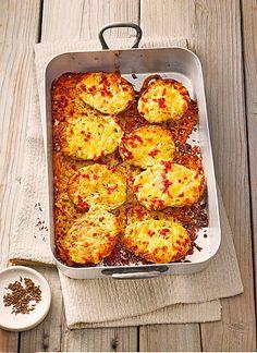 Gebackene Käsekartoffeln 4 große Kartoffel(n) 2 EL Öl   Salz   Pfeffer 200 g Käse (alter Gouda) 4 EL Sahne 1 TL Kümmel 50 g Speck, geräuchert Kartoffeln säubern, der Länge nach gerade durchschneiden und mit der Schnittfläche nach unten auf ein Backblech legen. Mit Salz und Pfeffer bestreuen und dem Öl beträufeln, bei 200° in den vorgeheizten Backofen und 45 Min. backen. Den Käse reiben, mit der Sahne verrühren, die Kartoffeln umdrehen und mit der Mischung bestreichen, den in kl…