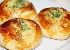 Такие вкусные булочки можно подать и к бульону, и к борщу или к чаю. Ингредиенты: Тесто: - Молоко - 250 мл - Мука - 400 г - Растительное масло - 2 ст. ложки - Соль - 0,5 ч. ложки - Сахар - 1 ст. ложка - Дрожжи сухие - 1 ч. ложка Для смазывания: - …