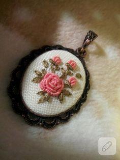Rokoko çiçekli kanaviçe kolye modeli gibi etamin kumaş üzerine brezilya nakışı, kurdele nakışı, çarpı işi nakış işlemeli takı tasarım modelleri ve etamin şablonları 10marifet.org'da