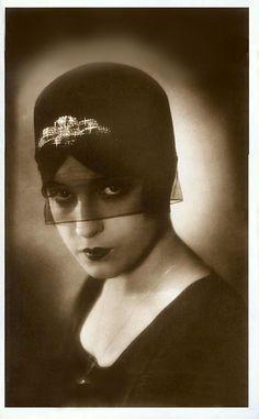 Lili Damita @@@@@......http://www.pinterest.com/pocketmuseum/1920s-fashion-in-photographs/ ......€€€€€€€€€€€€€€€€€€€€€€€€€€€€
