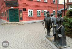 Многофигурная скульптурная композиция по мотивам знаменитого рассказа А. П. Чехова «Толстый и тонкий». Скульптор — Давид Бегалов.