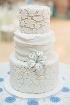 I love the lacy look on this cake and think it would be fabulous for a vintage-themed wedding!