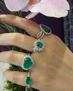 Волшебство изумруда!  А какое из этих роскошных колец выберите Вы?  #DeLaur #JewelryHouse #Gorgeous #Emerald #Diamonds #WhiteGold #Rings #Beauty