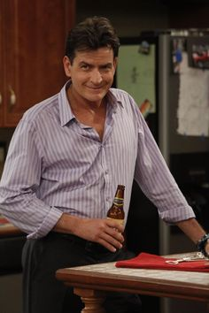 "Tonight Charlie Sheen is back with his new and highly anticipated show, ""Anger Management"" on FX. This is a first step for Sheen in returning to sitcom TV since his firing from "" Two And Half Men, Half Man, Emilio Estevez Charlie Sheen, Sheen Family, Carlos Estevez, Contexto Social, Martin Sheen, Reality Tv Stars, Season Premiere"