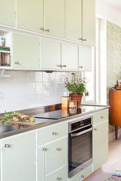 Looking for vintage kitchen design ideas? We have hand selected an attractive photo gallery from top kitchen decorating designers to get you inspired FREE! 60s Kitchen, Kitchen And Bath, Kitchen Interior, Vintage Kitchen, Kitchen Dining, Kitchen Decor, Kitchen Cabinets, Kitchen Walls, Kitchen Ideas