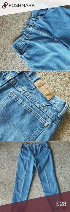 """❌❌1 Hour Sale ❌❌ Lee Denim Riders Mom Jeans ?These are said to be a size 10, but not sure how true to size these are.  ?Measurements:  Waist: 15.5""""  Inseam: 29.5""""  Hips: 19.5""""  ?Condition: very good! ??Not responsible if jeans do not fit! ?? Lee Jeans Straight Leg"""