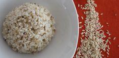 Como cocinar arroz integral: lava 1 taza de arroz, remoja durante 8-10 horas. Pon a hervir tres tazas de agua. Cuela el arroz. Cuando esté hirviendo el agua, agrega el arroz, 2 ajos y  sal al gusto. Da otro  hervor, reducir la llama al mínimo y tapa. Deja que se consuma el agua poco a poco y verifica que el arroz esté cocido.  Este proceso tarda entre 30 y 45 minutos.