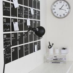 Overzicht  creëren  in je drukke leven met een stijlvolle krijtbord kalender. In combinatie met magnetische verf nog leuker!