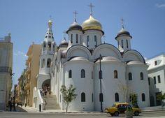 La hermosa catedral de Nuestra Señora de Kazán es un templo ortodoxo ruso de estilo bizantino situado en la Avenida del Puerto, entre las calles Sol y Santa Clara.