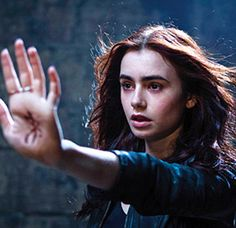 "Clary Fray (Lily Collins) discovers a world of Shadowhunters, a group of teenagers who try to rid the world of demons; based on the book ""The Mortal Instruments: City of Bones by Cassandra Clare. Lily Collins, Clary Fray, City Of Bones, Good Books, Books To Read, My Books, Cassandra Clare, The Mortal Instruments, Immortal Instruments"