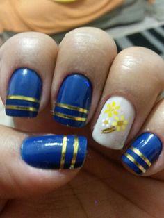 Azuis, fios dourados, branco e florzinhas.