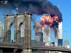 01. La segunda torre del World Trade Center estalla en llamas después de ser golpeado por un avión, Nueva York, 11 de septiembre 2001 con el puente de Brooklyn en primer plano. Ambas torres del complejo se derrumbó después de haber sido impactado por los aviones secuestrados. REUTERS / Sara K. Schwittek