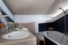 Semi-ouverte, elle parait tout suite moins petite ! - 15 photos de petites ou moyennes salles de bains qu'on aime - CôtéMaison.fr