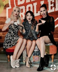 luna sofia carson y dove cameron Sofia Carson, The Descendants, Disney Channel Stars, Disney Stars, Cameron Boyce, Sou Luna Disney, Cover Shoot, Dove Cameron Style, Hairspray Live