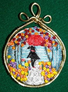 EVERYDAY SEW, JEWELRY AND CRAFTS: ΧΕΙΡΟΠΟΙΗΤΟ ΜΕΝΤΑΓΙΟΝ ΜΕ ΣΎΡΜΑ ΚΑΙ ΚΕΝΤΗΜΑ Embroidery, Christmas Ornaments, Holiday Decor, Needlepoint, Christmas Jewelry, Christmas Decorations, Christmas Decor, Crewel Embroidery, Embroidery Stitches