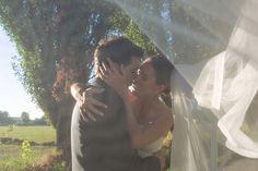Esattamente un anno fa, oggi, questa coppia di sposi convolava a nozze, e io voglio celebrare questo anniversario riproponendo le foto del loro matrimonio.