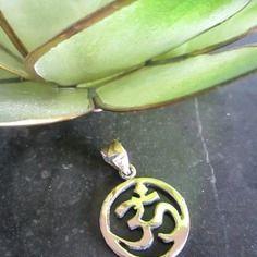Pendentif om en laiton couleur or – 1,8 cm