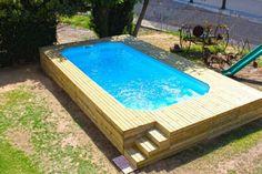 A moda da vez na área de lazer é a piscina acima do solo. Tal modelo é sofisticado, minimalista e dependendo de sua estrutura pode dar a sensação de que a água é infinita.